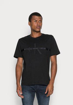TAPING THROUGH MONOGRAM REG TEE - T-shirt con stampa - black