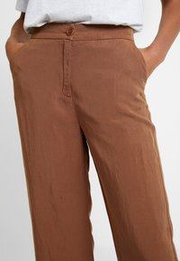 AMOV - CLEO SPIRIT PANT - Spodnie materiałowe - amber - 6