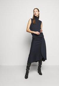 Victoria Beckham - SLEEVELESS NECK MIDI - Pletené šaty - navy - 0