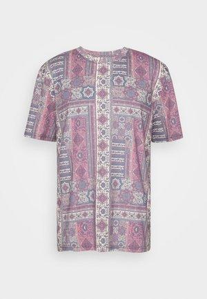 SUBLIMATION PRINTED OVRSIZED  - T-shirt med print - red/ecru