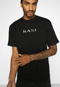 Karl Kani - RETRO TEE - Basic T-shirt - black - 4