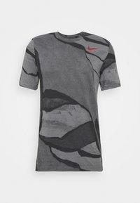 Nike Performance - TEE - T-shirt med print - smoke grey - 0