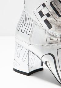 McQ Alexander McQueen - PHUTURE BOOT - Støvletter - silver/black - 2