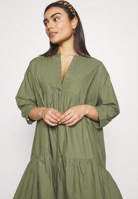 YAS Petite - YASMERIAN DRESS PETITE ICONS - Sukienka letnia - four leaf clover - 3