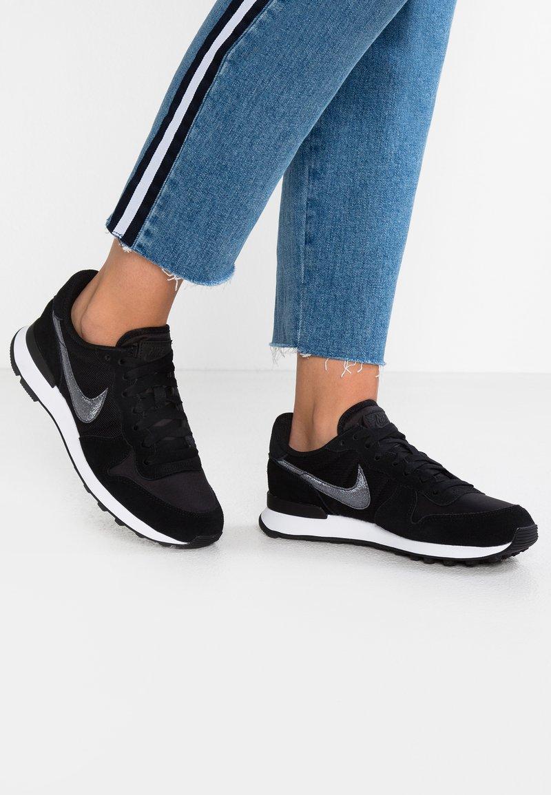 Nike Sportswear - INTERNATIONALIST - Sneakers - black/dark grey