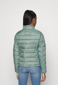 ONLY - ONLSANDIE QUILTED JACKET  - Lett jakke - chinois green - 2