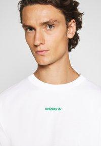adidas Originals - LINEAR REPEAT UNISEX - T-shirt z nadrukiem - white - 4