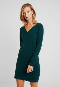 Vero Moda - VMDIANE V-NECK DRESS - Pletené šaty - ponderosa pine - 0