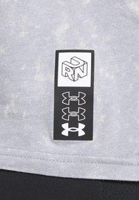 Under Armour - RUN ANYWHERE - Print T-shirt - steel - 5