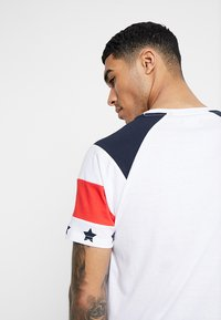 Brave Soul - STAR - Print T-shirt - white/navy/red