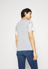 Dorothy Perkins - INSERT TRIM TEE - Print T-shirt - grey - 2