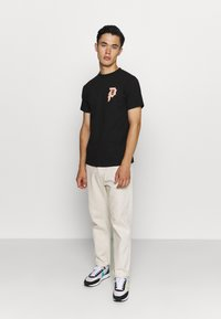 Primitive - ICHIRAKU DIRTY TEE - Print T-shirt - black - 1