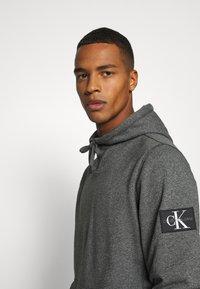 Calvin Klein Jeans - MONOGRAM BADGE GRINDLE HOODIE - Luvtröja - black - 3