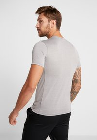 Nike Performance - TEE - T-shirt med print - grey heather - 2