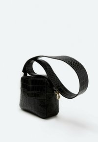 Uterqüe - MIT KROKOPRÄGUNG 01013700 - Across body bag - black - 1