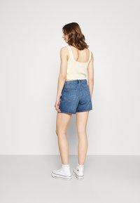 ONLY - ONLPHINE LIFE  - Shorts vaqueros - medium blue denim - 2