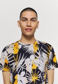 Jack & Jones - JORNIKO  - T-shirt print - spicy mustard - 3