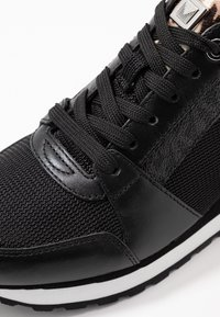 MICHAEL Michael Kors - BILLIE TRAINER - Sneakers laag - black/gun - 2