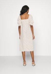 Glamorous - CARE MIDI DRESSES WITH PUFF - Korte jurk - stone ditsy - 2