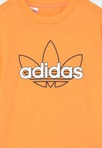 adidas Originals - OUTLINE TREFOIL UNISEX - Printtipaita - hazy orange - 2
