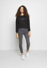 Vero Moda Petite - VMTERESA MR JEANS PETITE - Jeans Skinny Fit - medium grey denim - 1