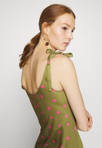 Who What Wear - TIE SHOULDER SLIP DRESS - Day dress - army/pink - 4