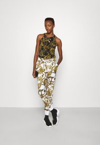 Versace Jeans Couture - Print T-shirt - black/gold - 1