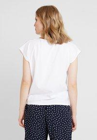 one more story - T-shirt med print - white - 2