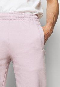 032c - REFLECTIVE LOGO - Teplákové kalhoty - grey purple - 6