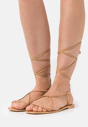 YASSTRAPPI FLAT - Sandaalit nilkkaremmillä - biscuit