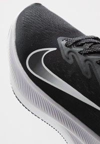 Nike Performance - ZOOM WINFLO  - Obuwie do biegania treningowe - black/white/anthracite - 7