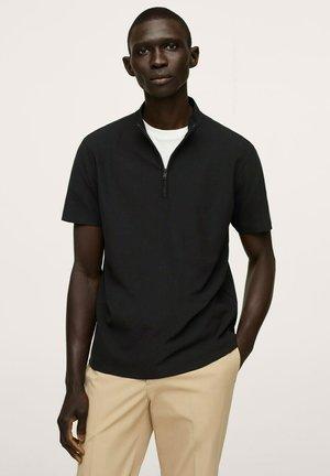 MED PERKINSHALS - T-shirts - svart