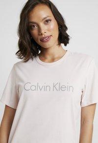 Calvin Klein Underwear - COMFORT CREW NECK - Pyžamový top - nymphs thigh - 4