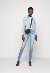 Vero Moda Tall - VMFAITH SLIM JACKET MIX - Jeansjakke - light blue denim - 1