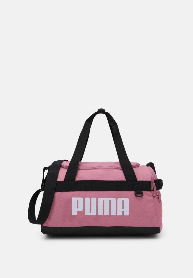 CHALLENGER DUFFEL BAG XS UNISEX - Sportovní taška - foxglove
