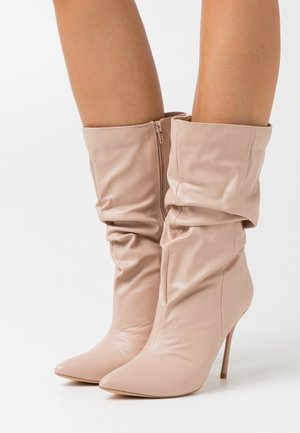 THIN HEEL RUCHED BOOT - Bottes à talons hauts - nude
