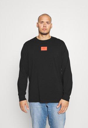 CUFFED BADGE TEE - Bluzka z długim rękawem - black