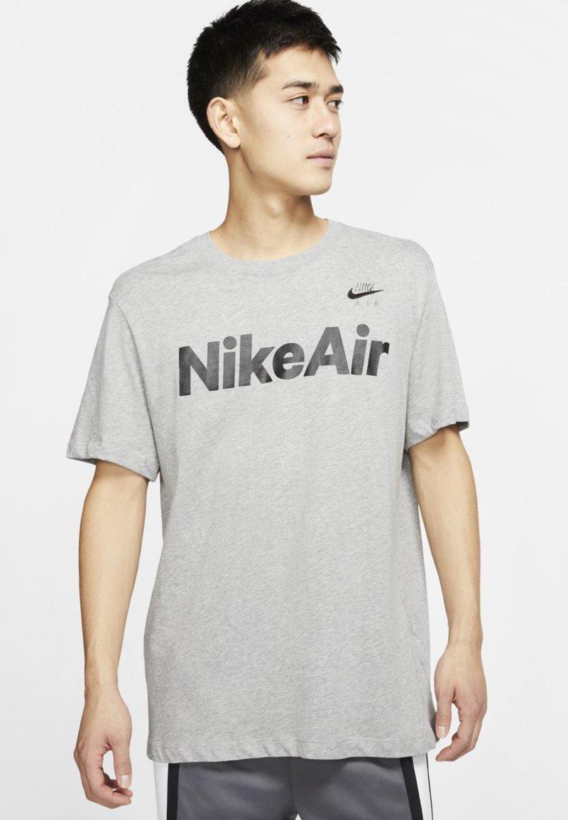 Nike Sportswear AIR TEE - T-Shirt print - black/volt/schwarz TksF6B