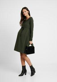 MAMALICIOUS - NURSING DRESS - Jersey dress - climbing ivy - 1