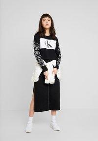 Calvin Klein Jeans - BLOCKING STATEMENT LOGO TEE - T-shirt à manches longues - black - 1