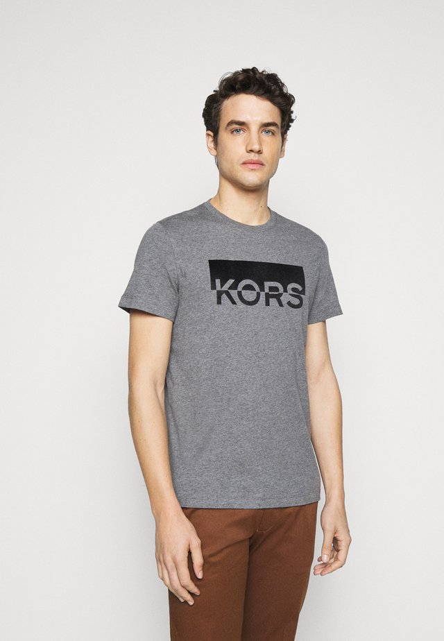 SPLIT BLOCK TEE - Print T-shirt - ash melange