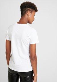 Converse - STAR CHEVRON TEE - Camiseta estampada - white - 2