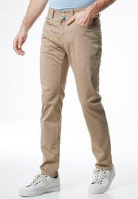 Pierre Cardin - LYON - Slim fit jeans - beige - 0