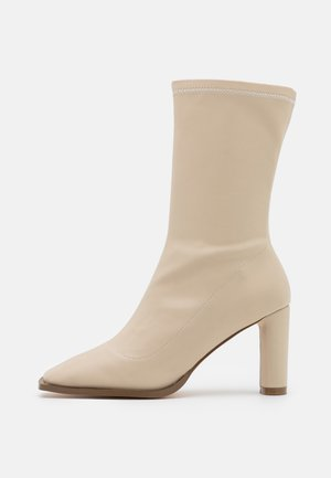 SQUARED TOE TIGHT SHAFT BOOTS - Laarzen - nude