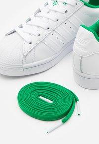 adidas Originals - SUPERSTAR SPORTS INSPIRED SHOES UNISEX - Zapatillas - footwear white/green - 5