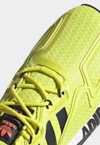 adidas Originals - ZX 2K BOOST UNISEX - Tenisky - acid yellow/core black/footwear white - 10