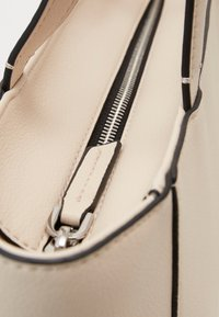Calvin Klein - MUST - Sac à main - beige - 4