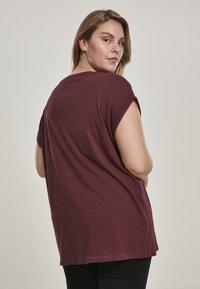 Urban Classics - EXTENDED SHOULDER TEE - Camiseta básica - redwine - 2