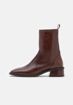 Kotníkové boty - castaña groucho
