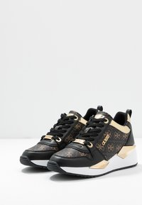 Guess - TALLYN - Sneakersy niskie - brown/black